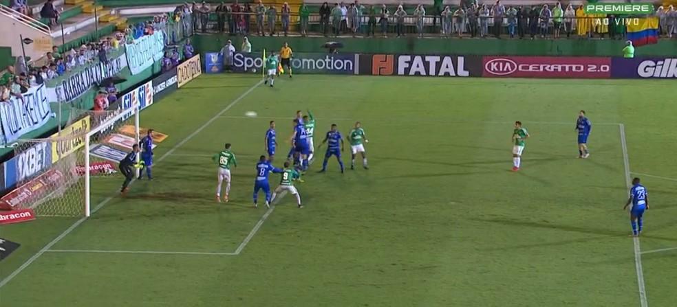 Zagueiro Lucas Dias perdeu a disputa com Maurício Ramos no lance do terceiro gol da Chapecoense — Foto: Reprodução/GloboEsporte.com