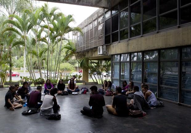 Alunos no campus da Universidade de Brasília (UnB) (Foto: Agência o Globo)