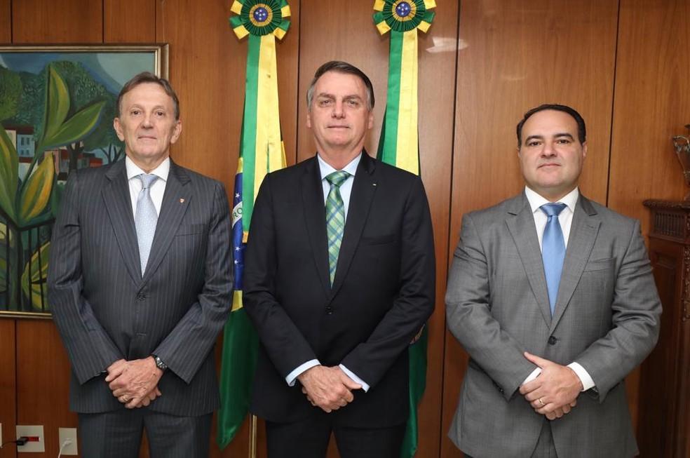 O presidente Jair Bolsonaro ao lado de Floriano Peixoto Neto, novo presidente dos Correios (esq.), e de Jorge Antonio de Oliveira Francisco, novo ministro da Secretaria-Geral da Presidência (dir) — Foto: Assessoria da Presidência
