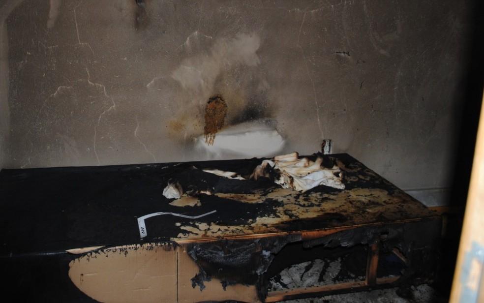 Colchão de José Ricardo, 44, após vítima ter sido espancada e queimada no quarto — Foto: Reprodução/Polícia Civil