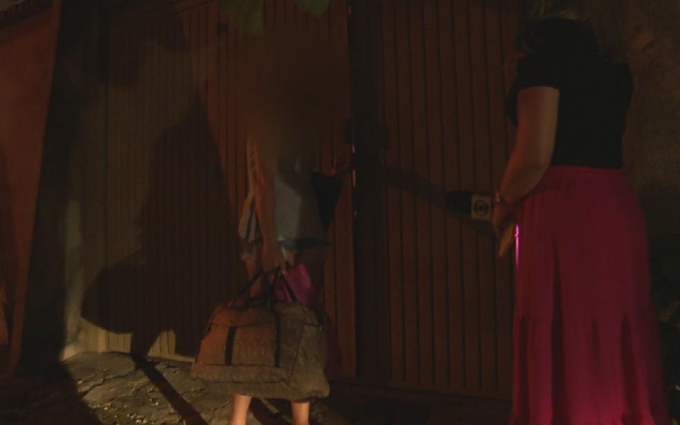 Momento em que a mãe do menino abandonado chega em casa, por volta de 22h, em Goiânia, Goiás — Foto: Reprodução/TV Anhanguera