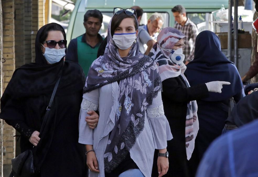 Pessoas caminham em um mercado de Teerã, no Irã, na quarta-feira (3) — Foto: AFP