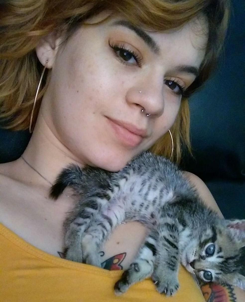 Ana Haiala e sua nova gata de estimação, Greta (Foto: Arquivo Pessoal/Divulgação)