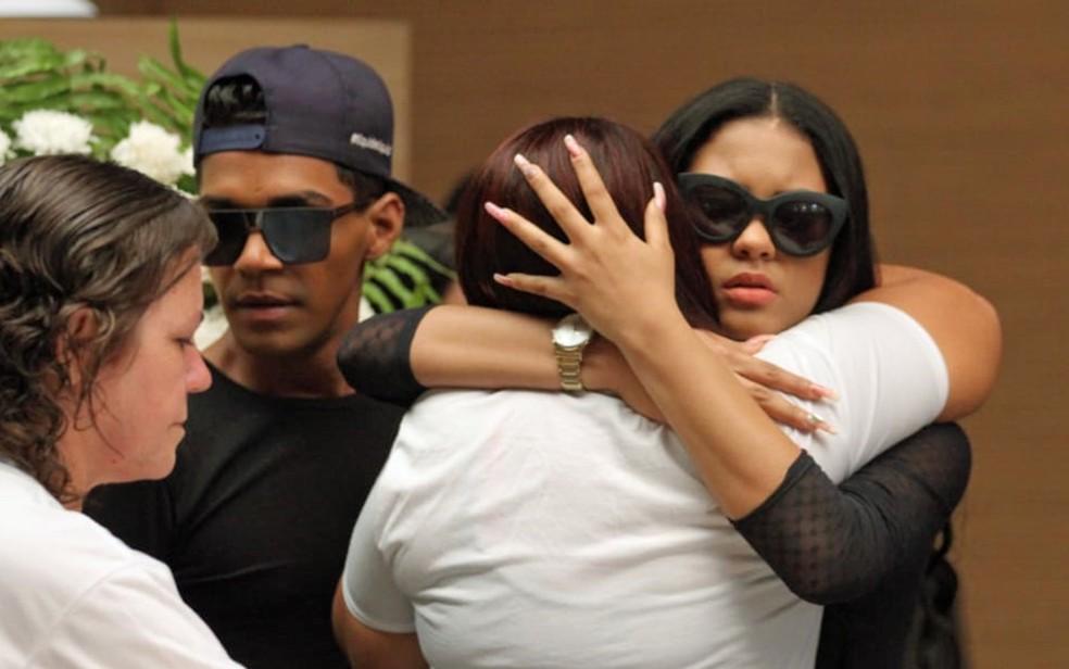 Luiza Ketilyn, vocalista da banda Torpedo, abraça a mãe de Deivison, durante velório na Câmara Municipal do Recife, nesta segunda-feira (20) (Foto: Marlon Costa/Pernambuco Press)