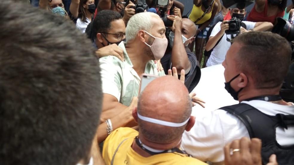 Belo deixou cadeia na Zona Norte do Rio na manhã desta quinta (18) — Foto: Cristina Boeckel / G1