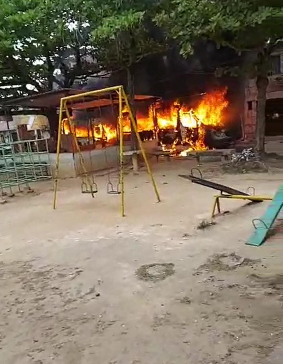 Fogo em veículo na Zona Oeste do Rio — Foto: Reprodução