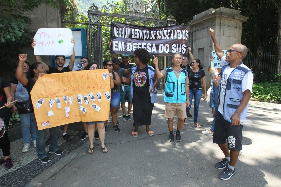 Funcionário da saúde do Rio protestam em frente ao Palácio da Cidade — Foto: STEFAN RADOVICZ/AGÊNCIA O DIA/AGÊNCIA O DIA/ESTADÃO CONTEÚDO