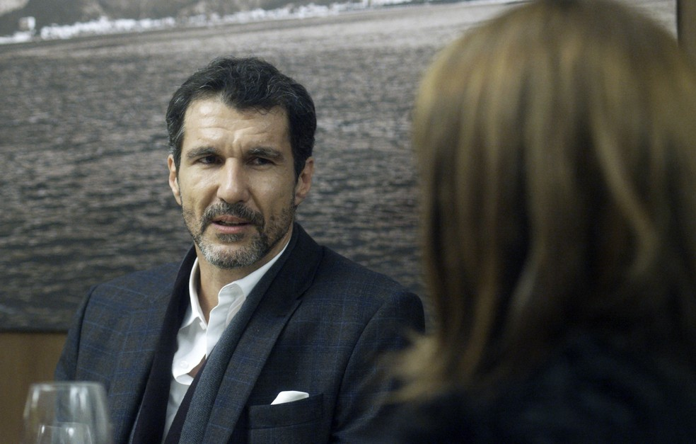 Daniel Carvalho inventa uma desculpa, diz que ela se enganou e a elogia  (Foto: TV Globo)