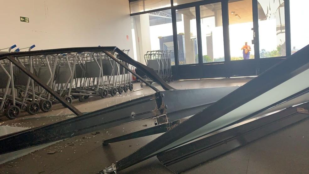 Tempestade de poeira provocou estragos no Aeroporto Estadual de Presidente Prudente (SP) na tarde desta sexta-feira (1º) — Foto: Paula Sieplin/TV Fronteira