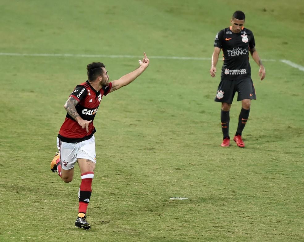 Gesto obsceno de Felipe Vizeu após gol contra o Corinthians (Foto: André Durão)