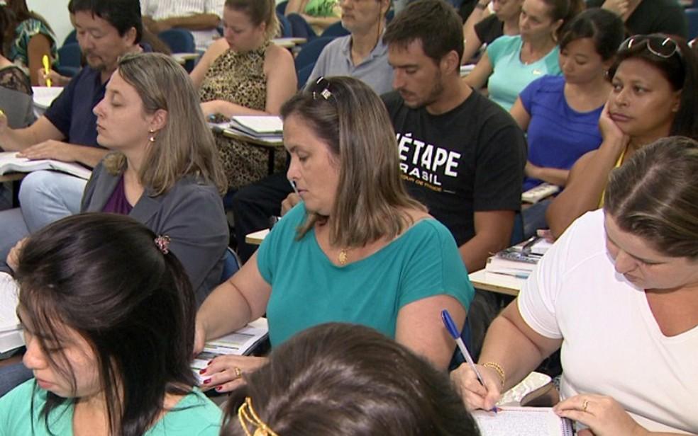 Candidatos estudam para concursos públicos (Foto: Reprodução/EPTV)