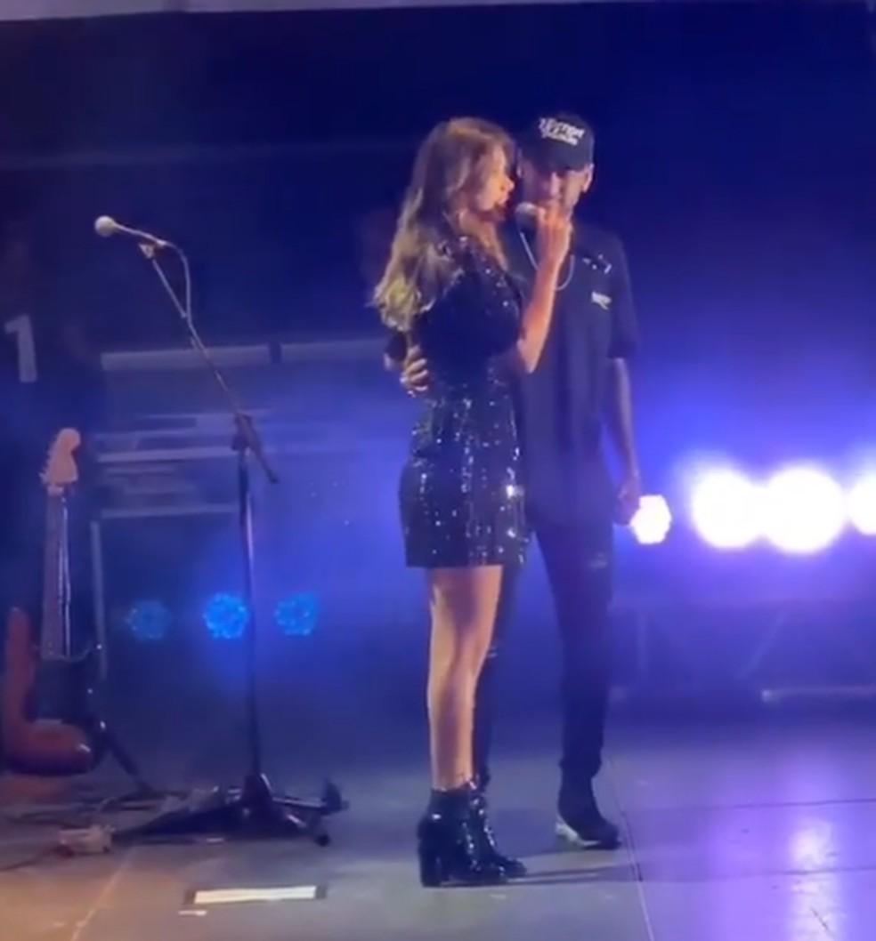 Astro foi ao palco no show de Paula Fernandes — Foto: Reprodução/Instagram