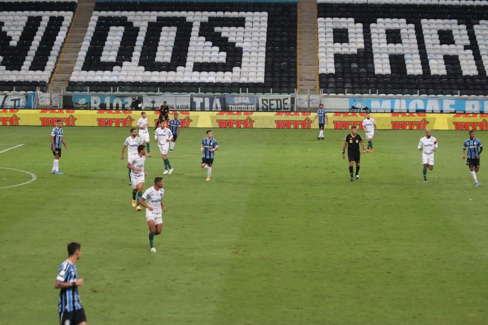 Palmeiras forma uma linha de cinco para defender — Foto: Eduardo Moura/ge