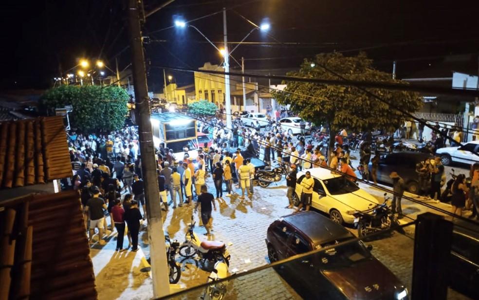 Moradores de Itatim, na Bahia, se aglomeram em ato político durante pandemia — Foto: Redes Sociais