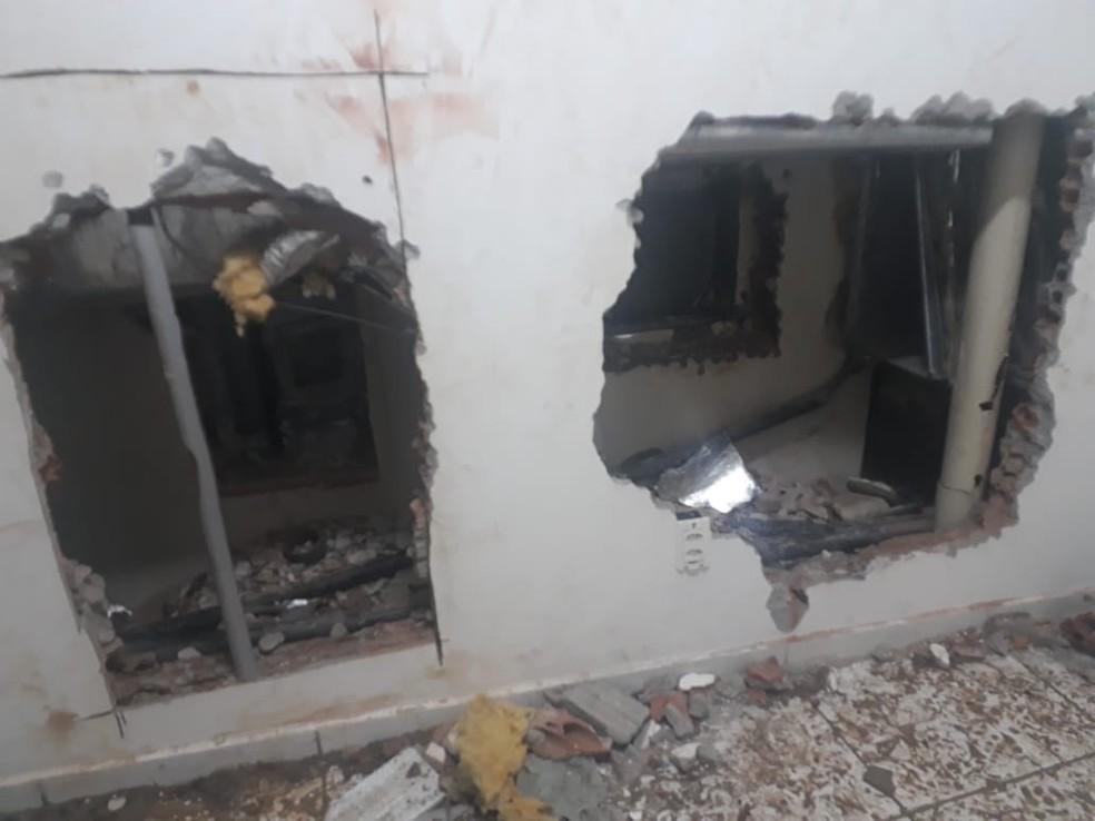 Paredes de agência bancária foram arrombadas por criminosos na Zona Sul de Natal — Foto: PM/Divulgação