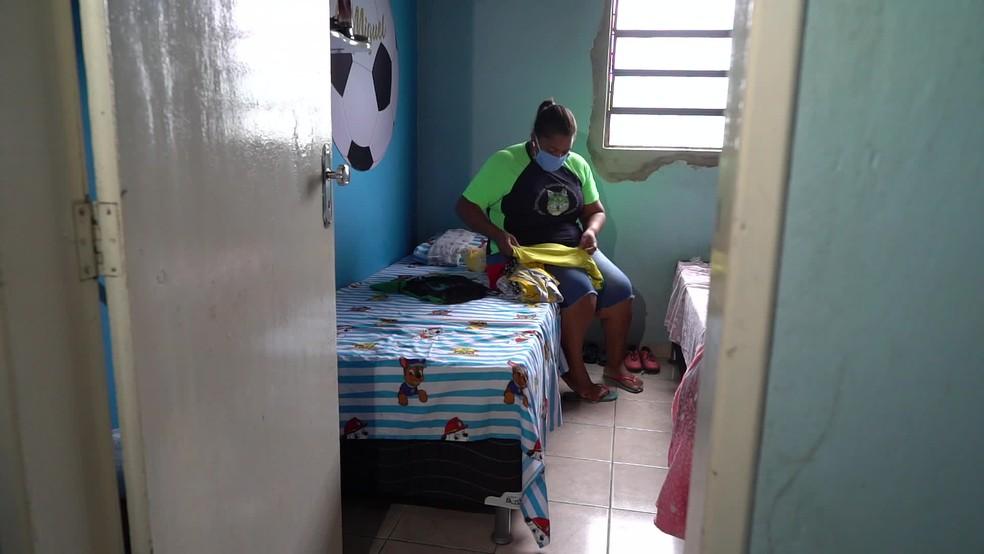 Mirtes Santana guarda pertences do filho Miguel, morto após cair de prédio de luxo no Recife — Foto: Reprodução/TV Globo