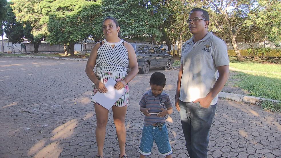 Hellen Rezende e o marido precisam da insulina fornecida pelo GDF para garantir o tratamento do filho, de 3 anos — Foto: TV Globo/Reprodução