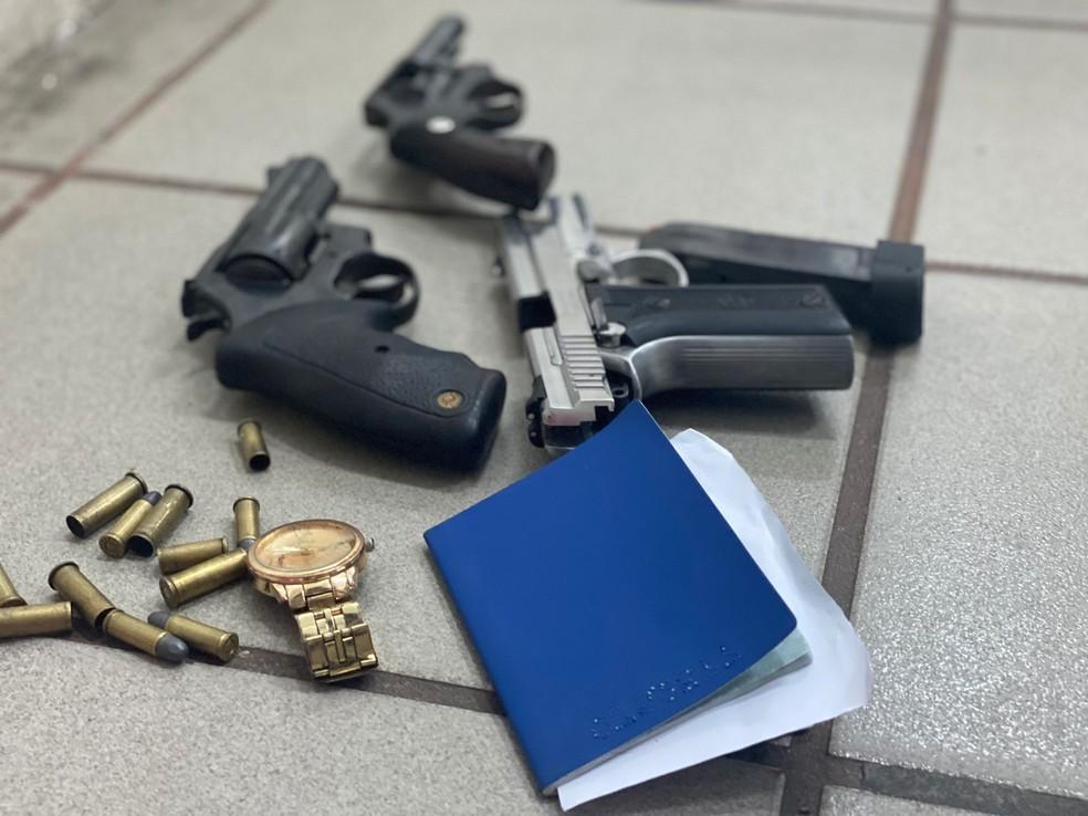 Três armas foram apreendidas após tiroteio com a polícia que resultou na morte de um homem e duas mulheres em Natal.  — Foto: Kleber Teixeira/Inter TV Cabugi