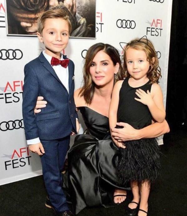 Sandra Bullock e os filhos (Foto: Reprodução Instagram)