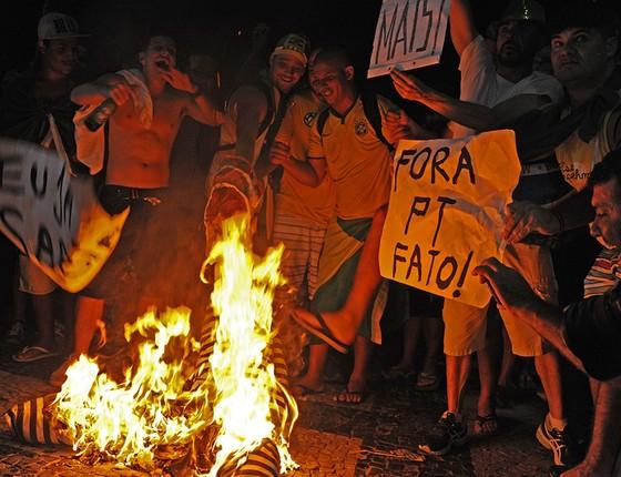 Moradores do Rio de Janeiro comemoram, em 17 de abril de 2016, a aprovação pela Câmara dos Deputados da tramitação do processo de impeachment de Dilma Rousseff, que teria o mandato cassado pelo Senado em agosto do mesmo ano (Foto: AFP PHOTO/TASSO MARCELO)
