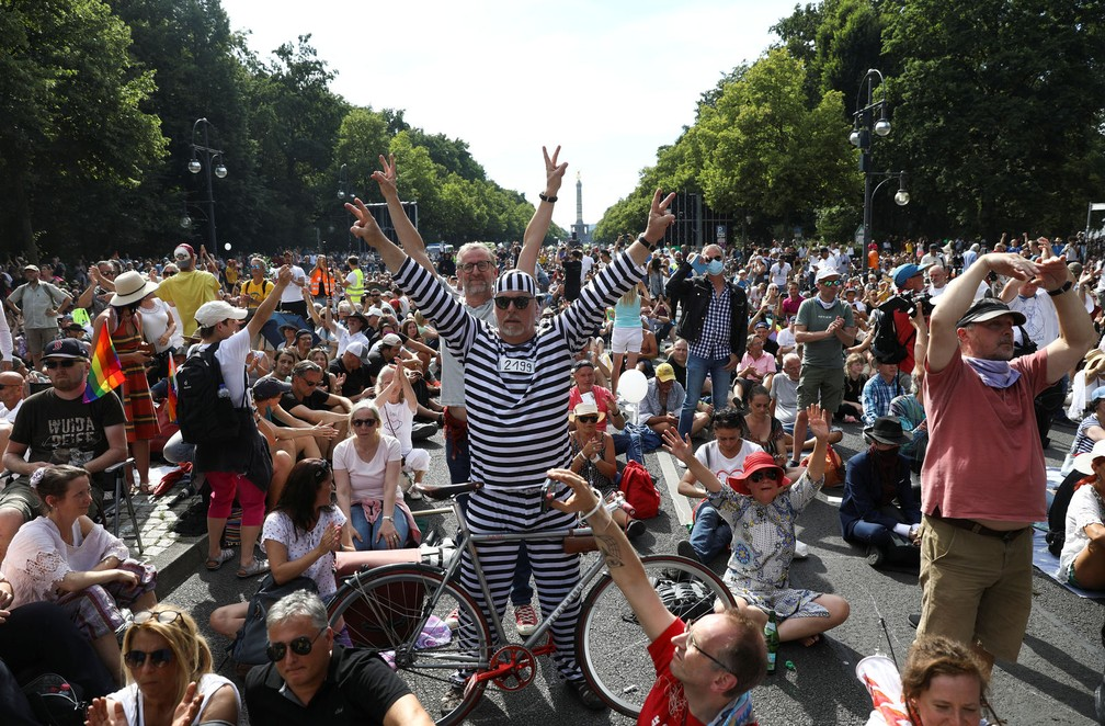 Manifestação contra as restrições do governo em meio à pandemia da Covid-19, em Berlim, na Alemanha, neste sábado (1) — Foto: Reuters/Christian Mang