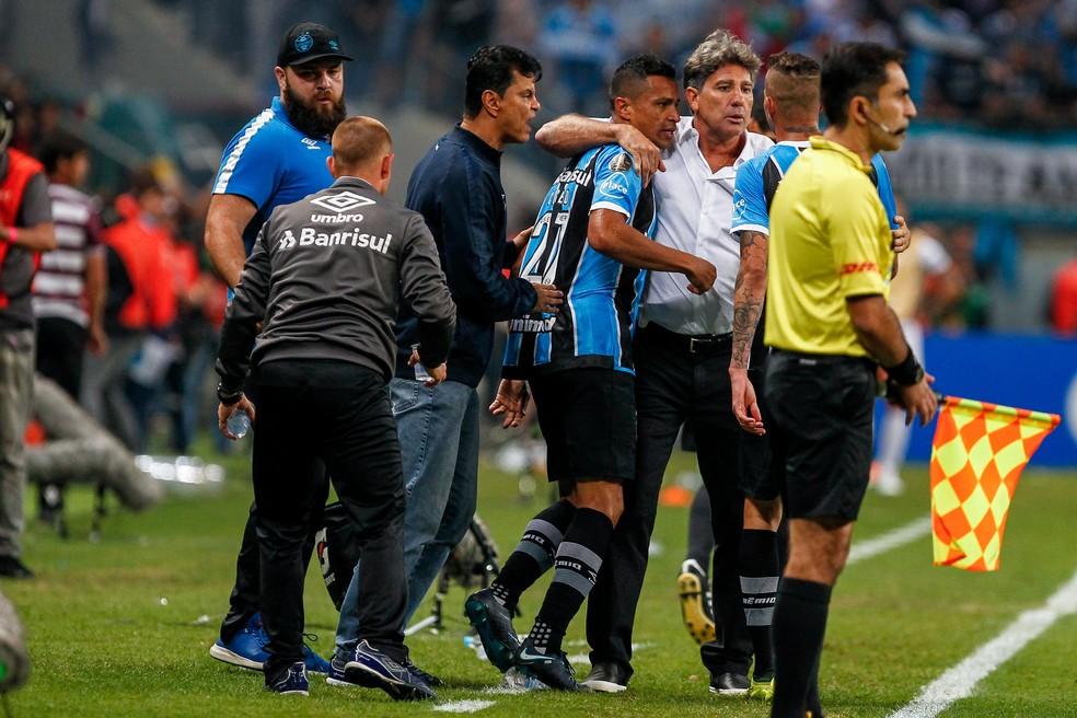 Renato Gaúcho abraça Cícero após o gol (Foto: Lucas Uebel/Grêmio)