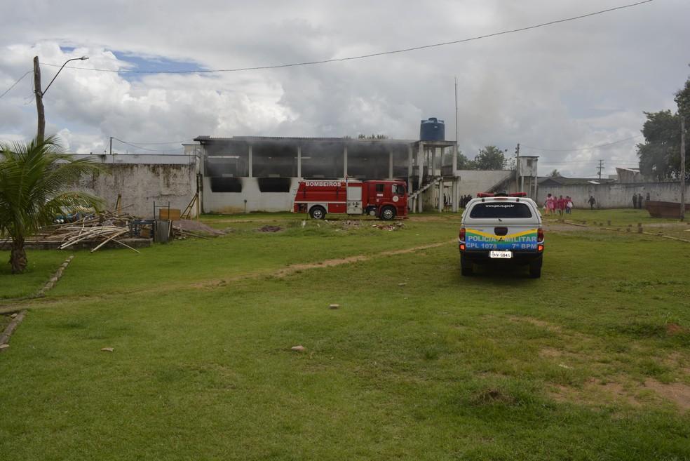 -  Detentos ateiam fogo em colchões nas celas de presídio de Ariquemes  Foto: Jeferson Carlos/G1