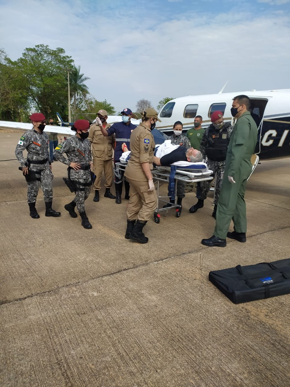 Piloto de helicóptero da Força Nacional que caiu no Pantanal em MT tem alta e é transferido em UTI aérea para o RJ — Foto: Ciopaer