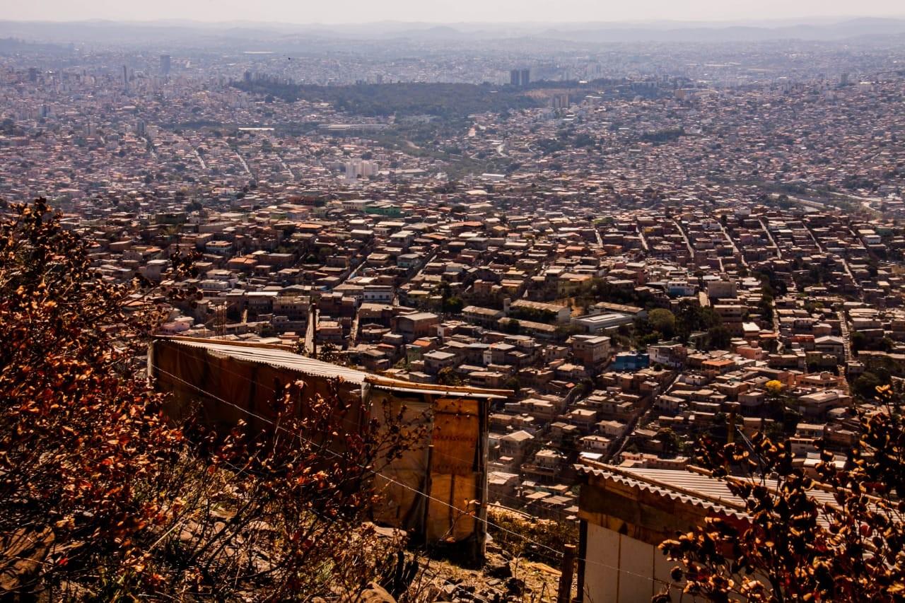 Coronavírus: lavar as mãos com água e sabão é desafio para família que divide um cômodo em favela de BH