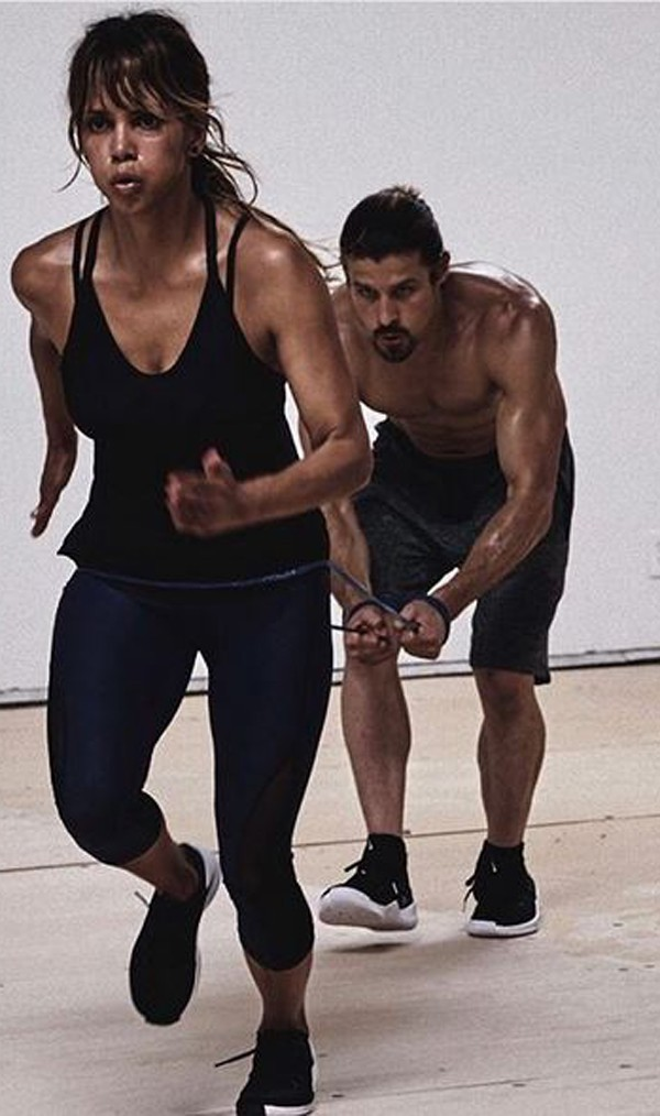 Halle Berry usa fitas em seus treinos com personal  (Foto: Reprodução/Instagram)
