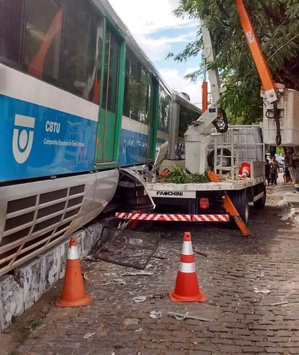 VLT bateu em caminhão de poda na rua Cônego Monte, no bairro das Quintas, em Natal — Foto: Chico Potengy