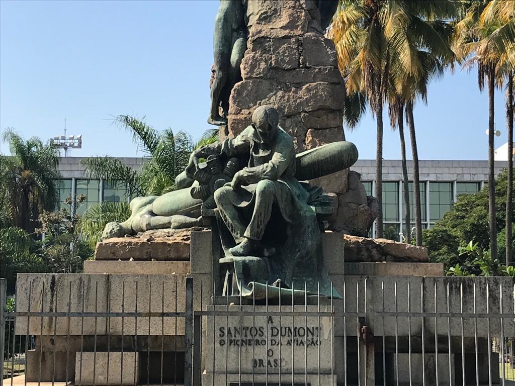 A escultura em homenagem a Santos Dumont