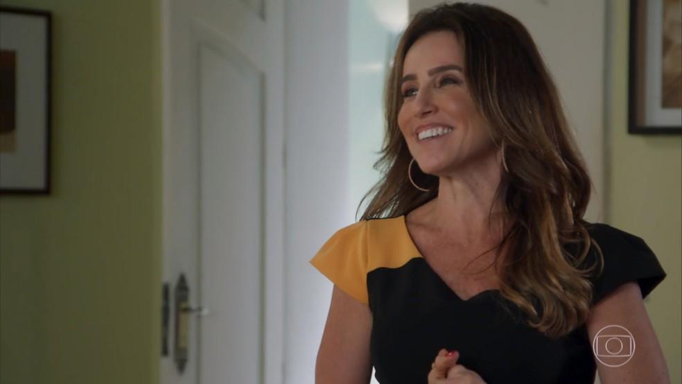 Dulce (Monique Curi) se anima com a possibilidade de adotar Bia (Melissa Nóbrega) - 'Haja Coração' — Foto: Globo