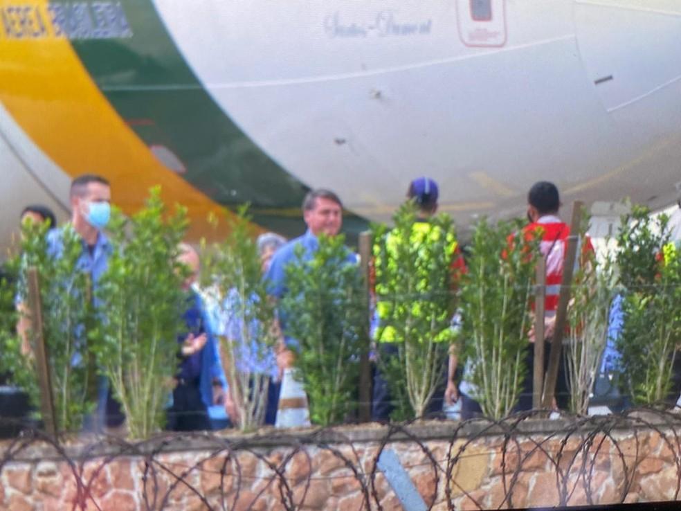 O presidente Jair Bolsonaro embarca no aeroporto de Congonhas após alta médica em São Paulo neste sábado (26). — Foto: Abraão Cruz/TV Globo
