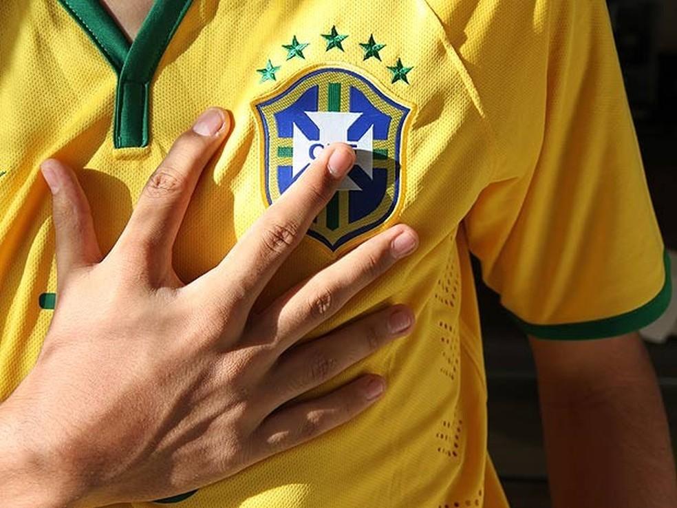 João Assis, de 18 anos, mostra mão com seis dedos (Foto: Vianey Bentes/TV Globo)