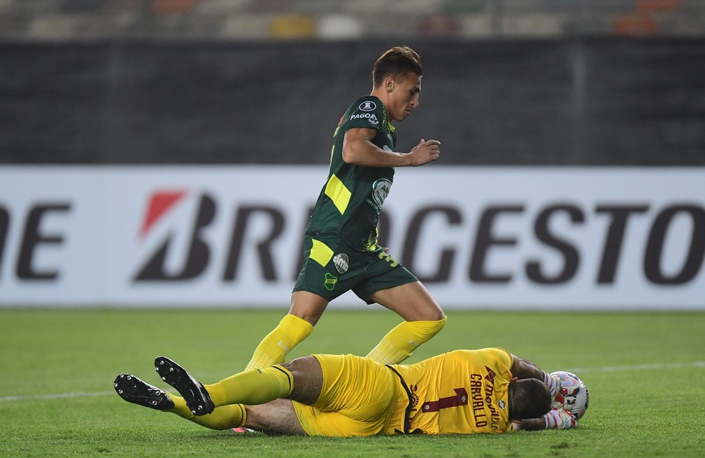 Carvallo sai aos pés de Braian Romero para evitar gol do Defensa y Justicia — Foto: Staff Images/Conmebol