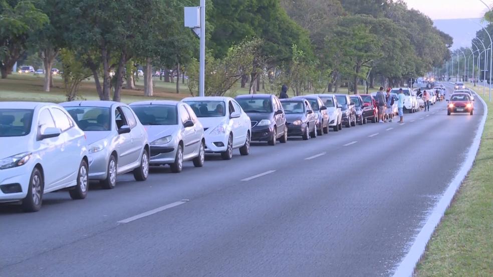 Fila para abastecer carro com gasolina mais barata, em Brasília (Foto: Reprodução/TV Globo)
