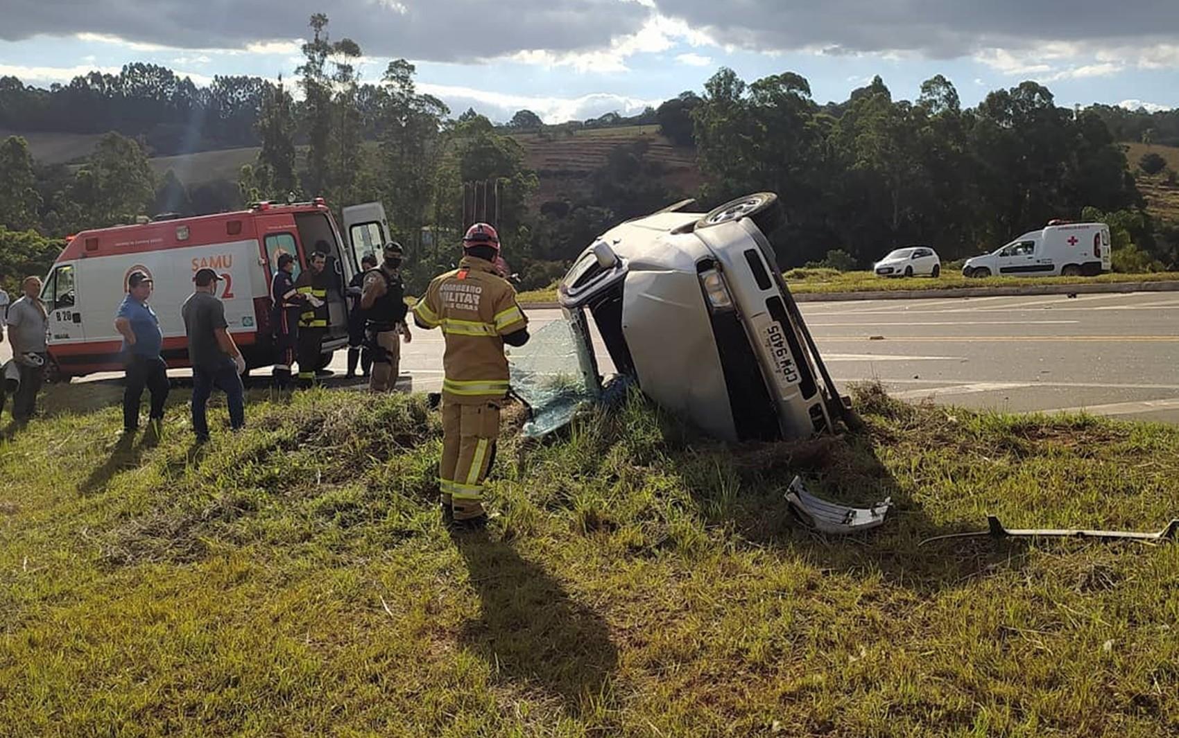 Idoso morre após batida entre carro e carreta na MG-146, em São Pedro da União, MG
