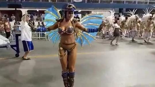 Cacau Colucci samba no Desfile das Campeãs da Dragões da Real em SP