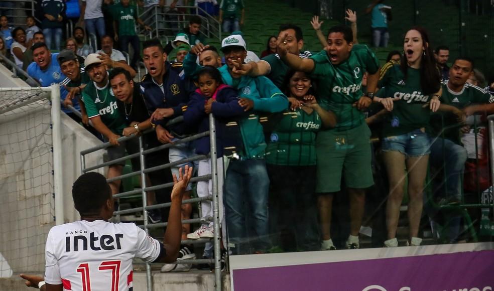 Cássio, do São Paulo, discute com torcedores do Palmeiras na Supercopa Sub-20 de 2018 — Foto: Jales Valquer/Framephoto/Estadão Conteúdo