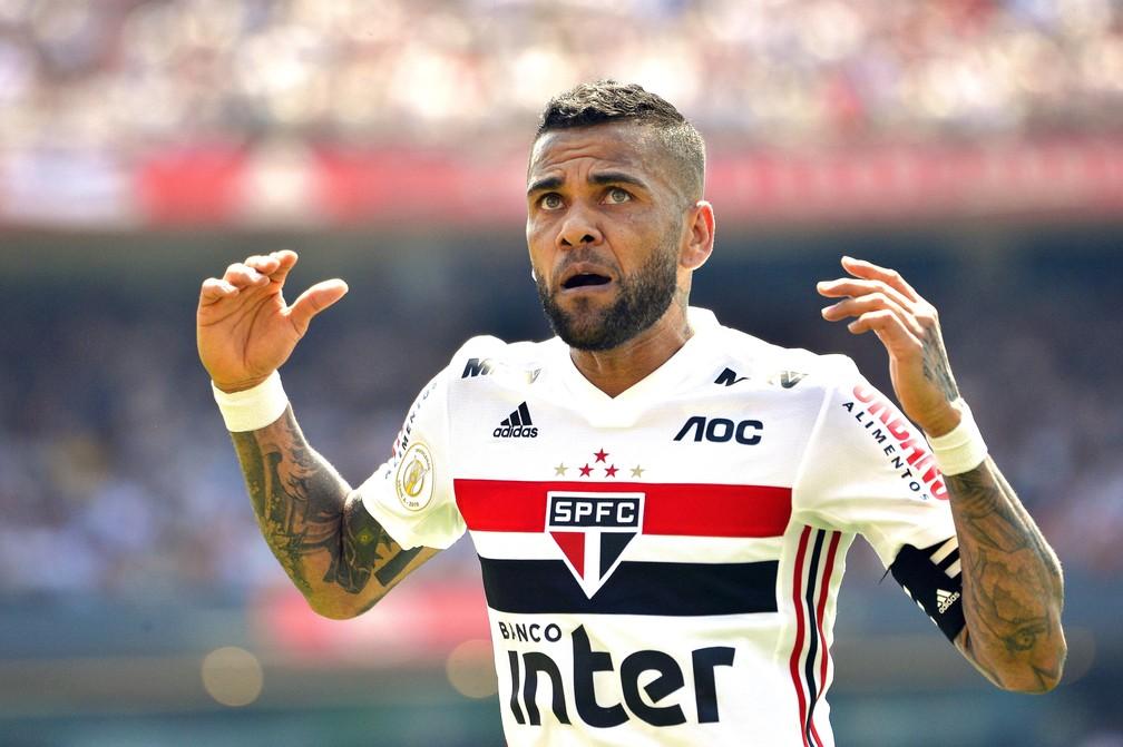 Daniel Alves é uma das esperanças do São Paulo — Foto: Marcos Ribolli