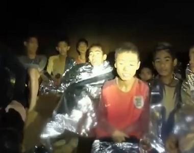 Imagem mostra garotos e técnicos presos dentro de caverna na Tailândia (Foto: Reprodução Facebook)