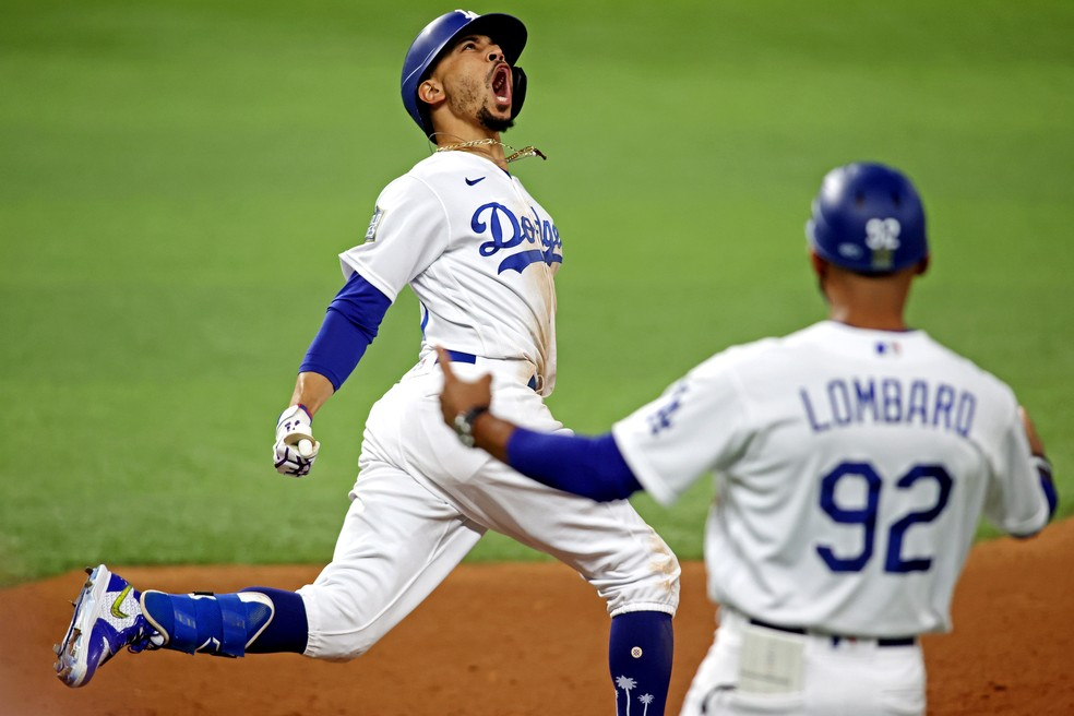 Mookie Betts comemora após um home run para os Dodgers — Foto: Reuters