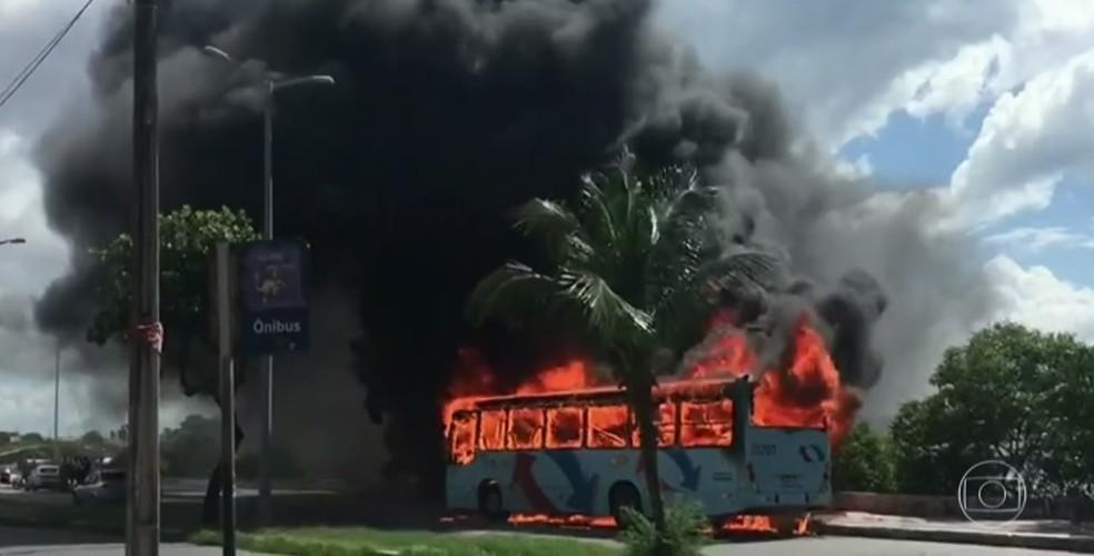 Ônibus foram queimados em diversos veículos locais em Fortaleza (Foto: Reprodução)