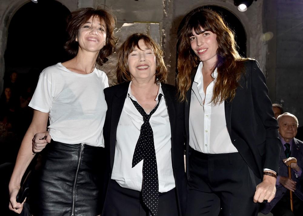 Jane Birkin com as filhas Charlotte Gainsbourg e Lou Doillon (Foto: Getty Images)