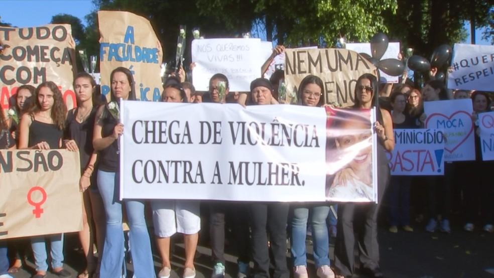 Funcionárias fazem manifesto contra feminicídio em frente ao HB em Rio Preto — Foto: Reprodução/TV TEM