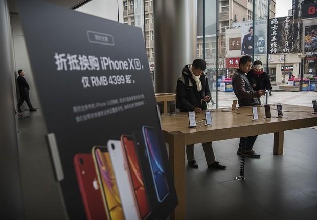 Loja da Apple em Pequim, na China, exibe iPhone XR (Foto: Kevin Frayer/Getty Images)
