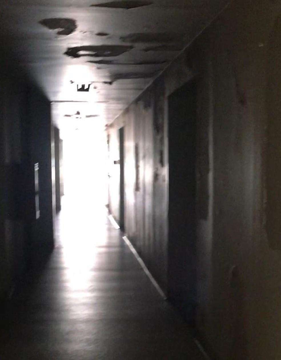 Corredor onde ficam as geladeiras do IML sem luz durante a manhã desta segunda-feira (29) — Foto: Reprodução/Arquivo Pessoal