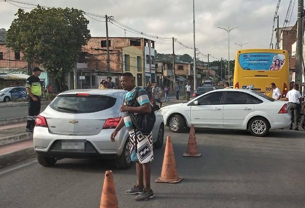 De acordo com a Transalvador, por volta das 7h35, o trânsito estava lento no local para quem seguia para a região do bairro da Calçada.   — Foto: Cid Vaz / TV Bahia