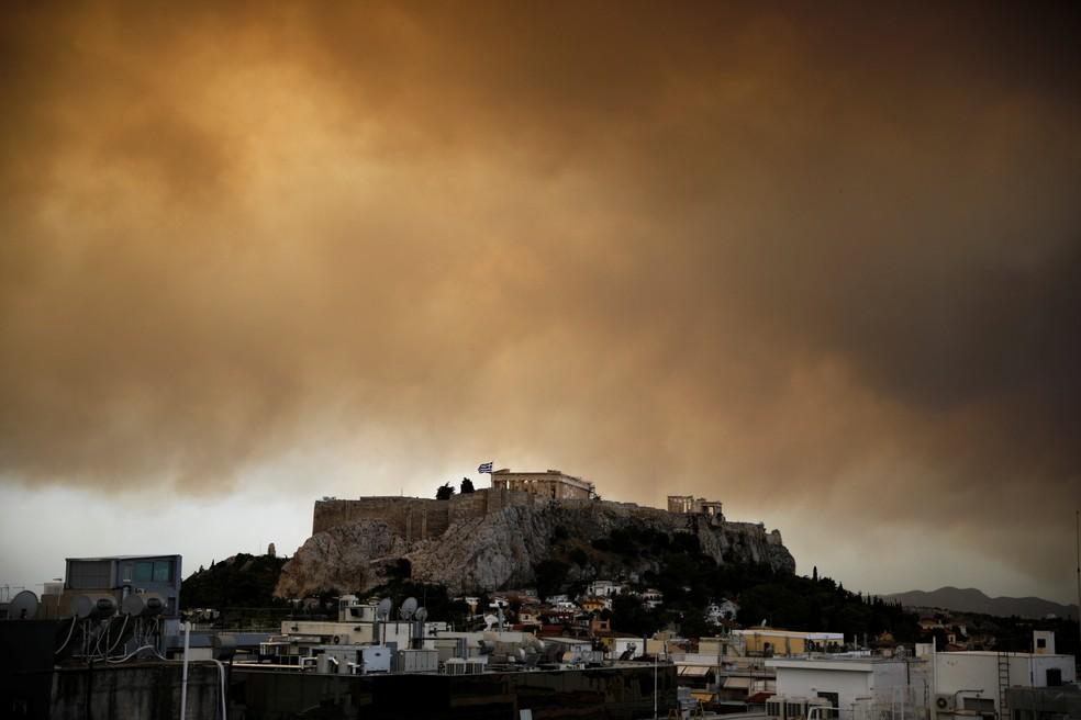Fumaça de incêndio florestal sobre o Parthenon, em Atenas, na Grécia (Foto: Reuters/Alkis Konstantinidis)